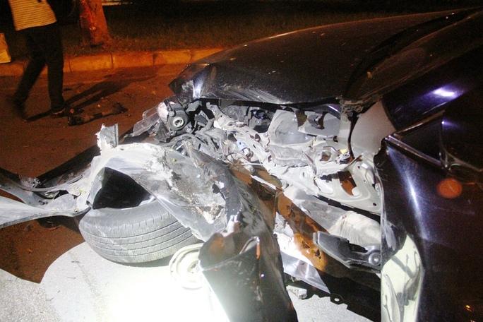 Chiếc xe bị xé toạc phần đầu sau cú tông
