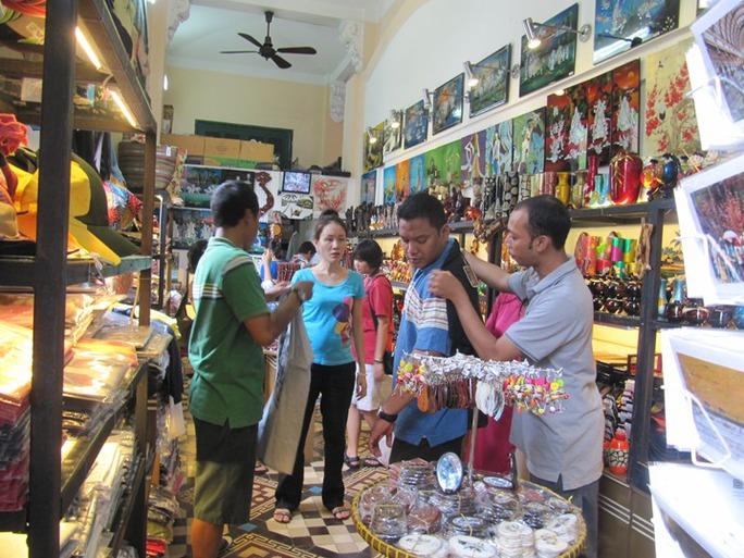 Du lịch nước ngoài mua quà lưu niệm tại TP HCM