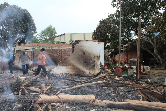 Căn nhà mái lá tường gạch xây tạm sau đó hoàn toàn bị thiêu rụi