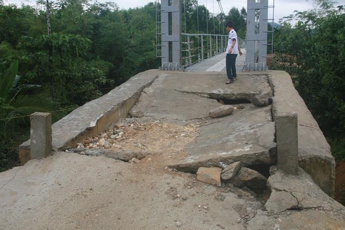 Cây cầu treo này được nghiệm thu chỉ 3-4 ngày thì bị hư hỏng nặng