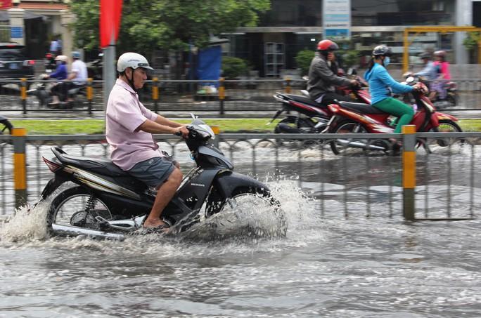 """Để vượt qua """"biển"""" nước người đàn ông này phải đưa xe về số 1, rồ ga thật mạnh để nước không tràn vào bô xe."""