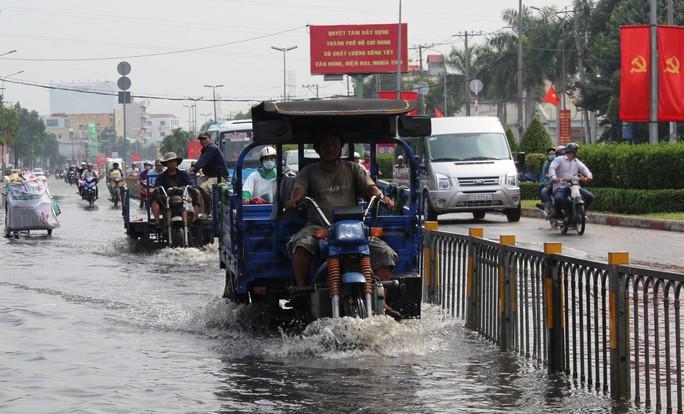 Mưa xuống, nước ngập là cảnh tượng quen thuộc đối với nhiều người sống tại cửa ngõ phía tây thành phố.