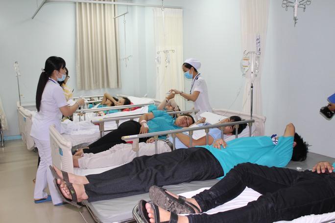 Hơn 100 công nhân phải nhập viện, gần 70 người phải tiếp tục ở lại chăm sóc sứ khỏe