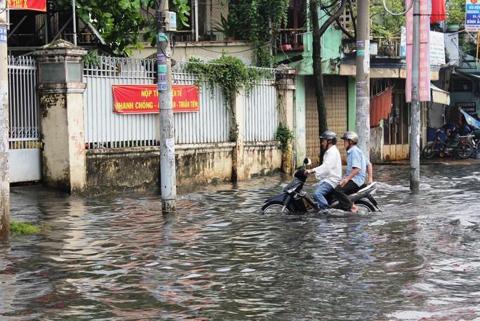 Người dân khổ sở, vượt qua nước ngập để vào trụ sở UBND phường làm giấy tờ.