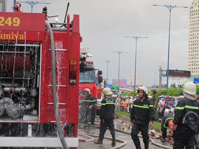 Nhiều xe cứu hỏa và hàng chục chiến sĩ tham gia chữa cháy