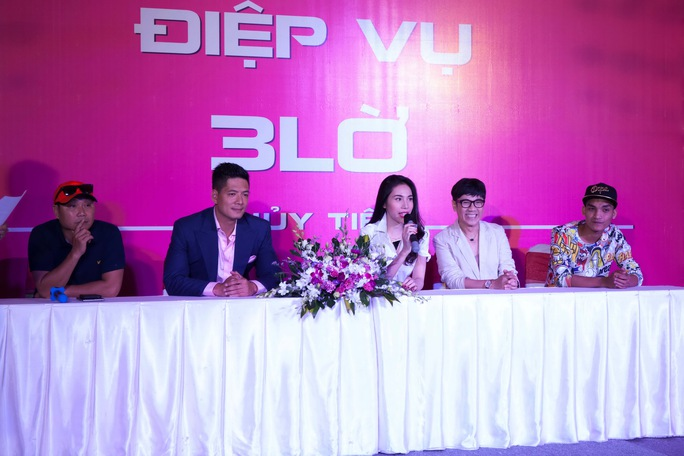 Thủy Tiên và các thành viên trong đoàn phim giới thiệu dự án phim