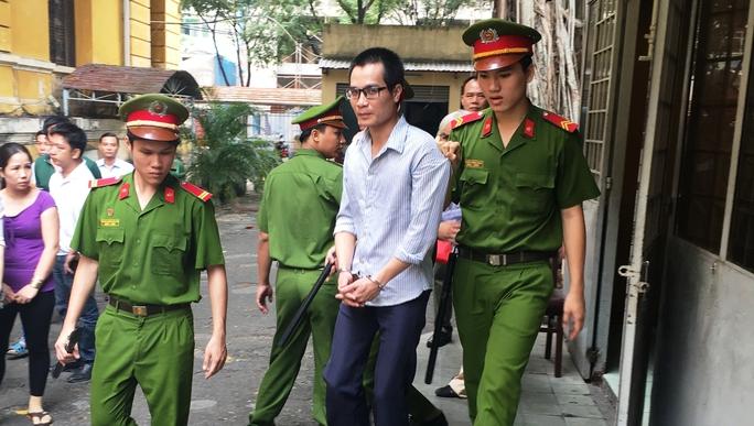 Táo tợn nổ súng cướp tiệm vàng, bị cáo Nam trả giá bằng 12 năm tù