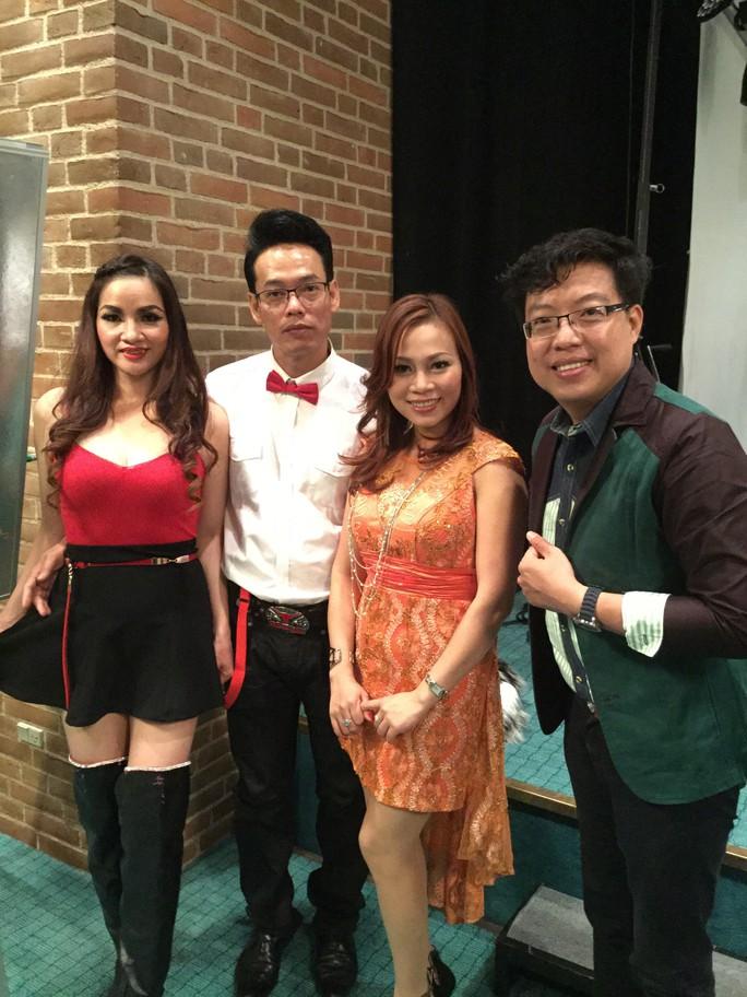 Vợ chồng ca sĩ Minh Thy (Na Uy), ca sĩ Nhã Ý (Đan Mạch) và nhà báo Thanh Hiệp trong chương trình Dạ vũ mùa thu tại Vejle - Đan Mạch