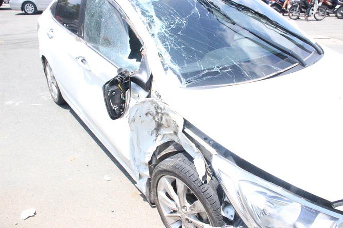 Đầu xe ô tô bị hư hỏng nặng