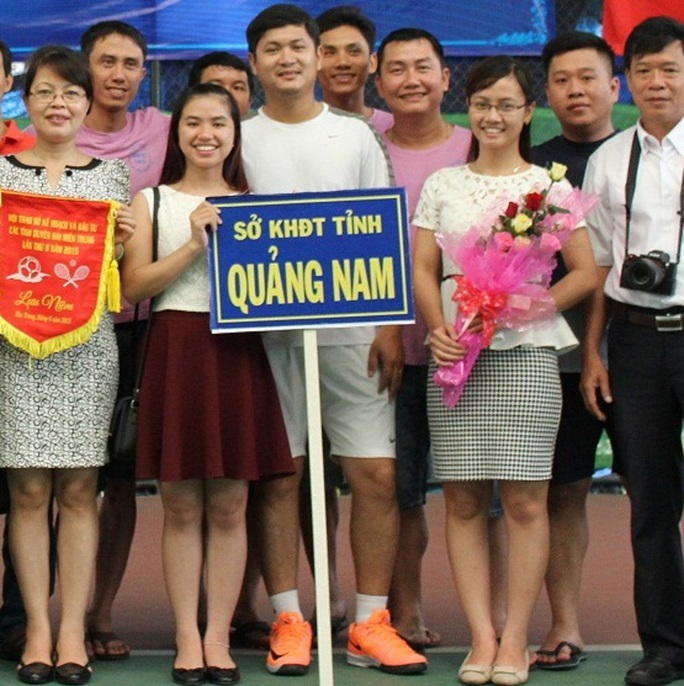 Ông Lê Phước Hoài Bảo (giày cam) vừa dược bầu vào Ban Chấp hành Đảng bộ tỉnh Quảng Nam khóa XXI