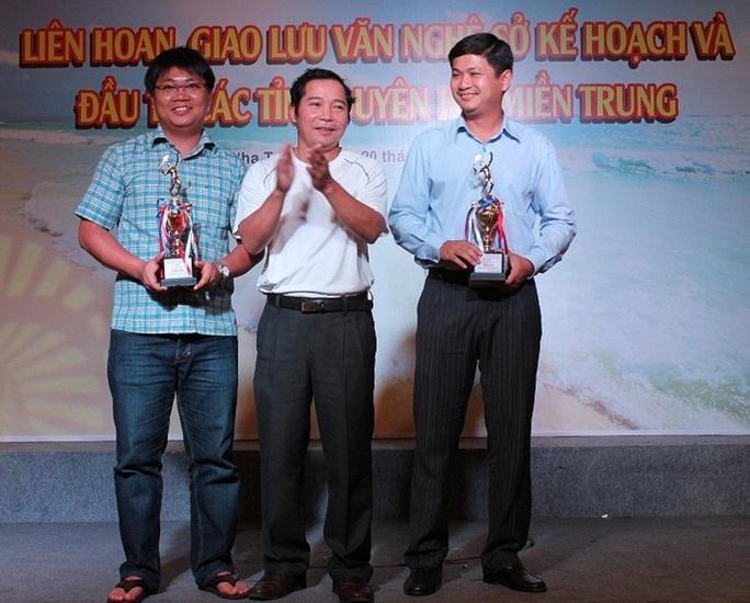 Ông Lê Phước Hoài Bảo (bìa phải) được bổ nhiệm giám đốc sở ở tuổi 30 Ảnh: Sở Kế hoạch - Đầu tư Quảng Nam