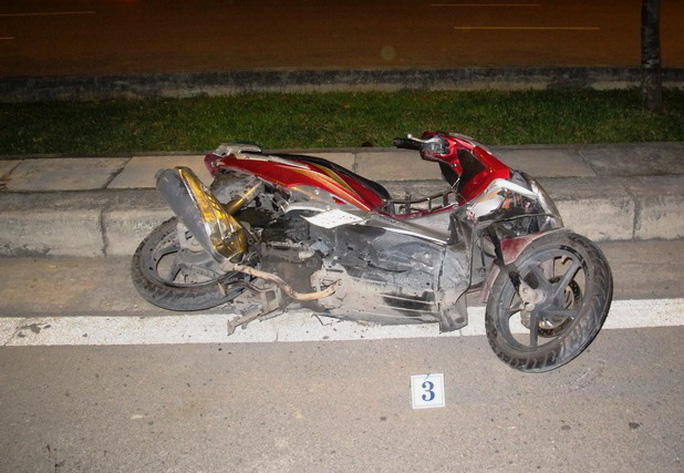 Xe máy của nạn nhân bị biến dạng sau cú tông