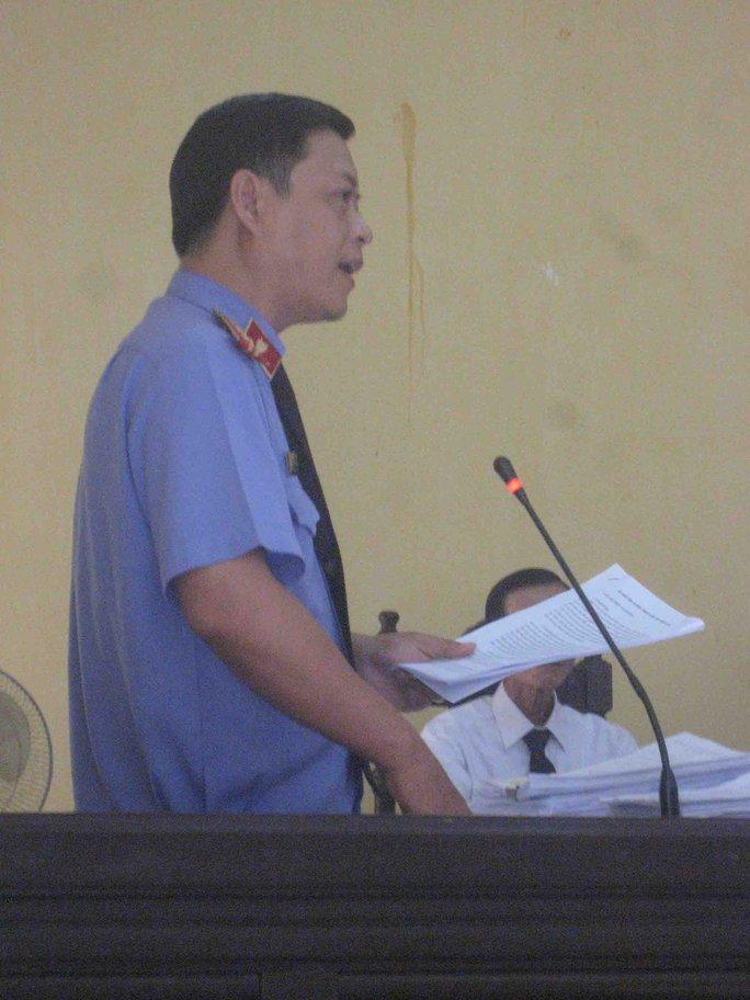 Đại diện VKS tranh luận với các luật sư