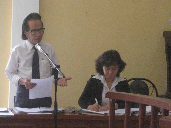 Luật sư Phạm Quốc Hưng nêu ra những chứng cứ lỏng lẻo của vụ án. Ảnh: Công Tuấn