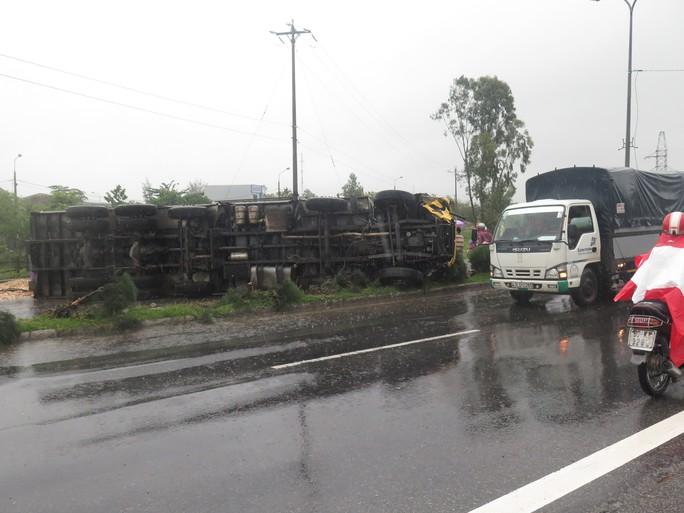 Xe tải lật chắn ngang trên Quốc lộ 1 Ảnh: CTV