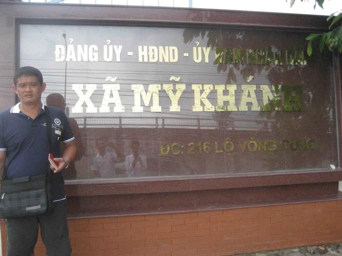 Ông Tan Kek Wei có mặt tại UBND xã Mỹ Khánh vào chiều 12-10. Ảnh: Công Tuấn