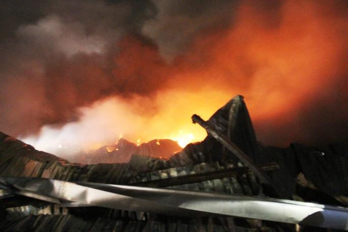 Đám cháy thiêu rụi xưởng rộng 500 m2 sản xuất mũ bảo hiểm ở huyện Bình Chánh (TP HCM) vào cuối năm 2015.