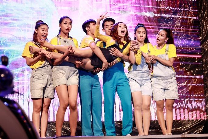 Sinh viên đội mưa xem Minh Hằng diễn