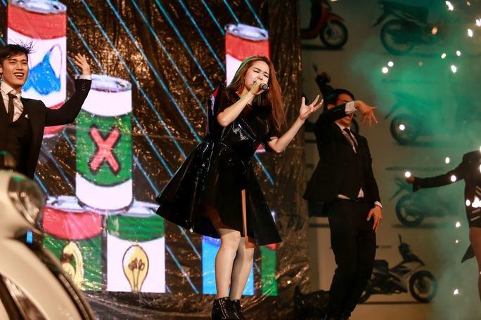 Nữ ca sĩ trẻ biến hóa đầy màu sắc với trang phục