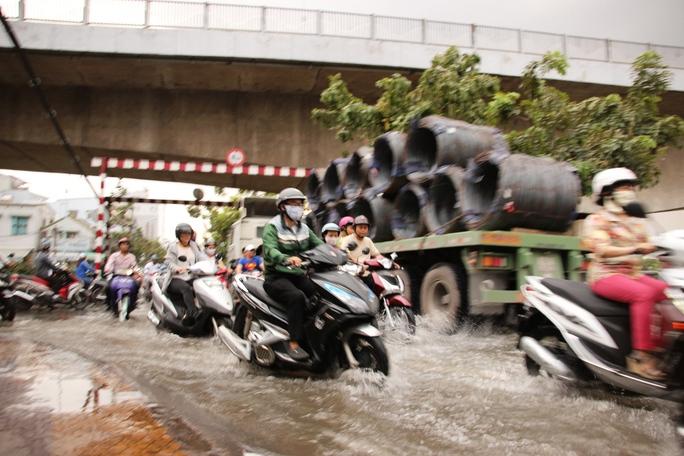 Người dân vất vả lưu thông trong nước ngập