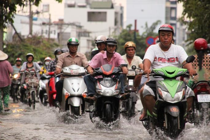 Dân Sài Gòn khổ sở trong nước ngập dịp trăng tròn