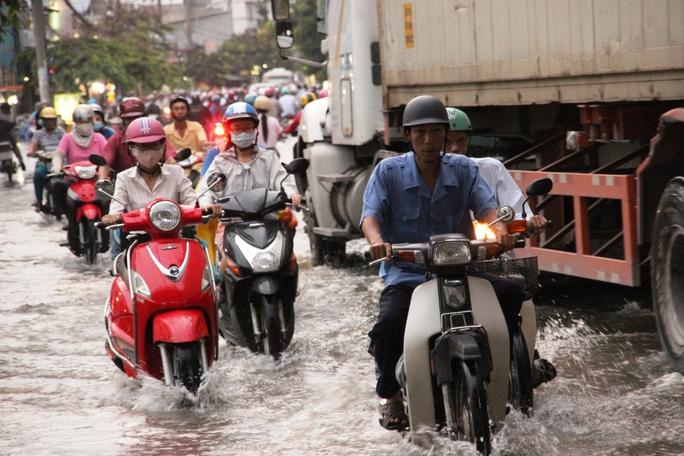 Quá nguy hiểm khi lưu thông cạnh xe tải khi nước ngập
