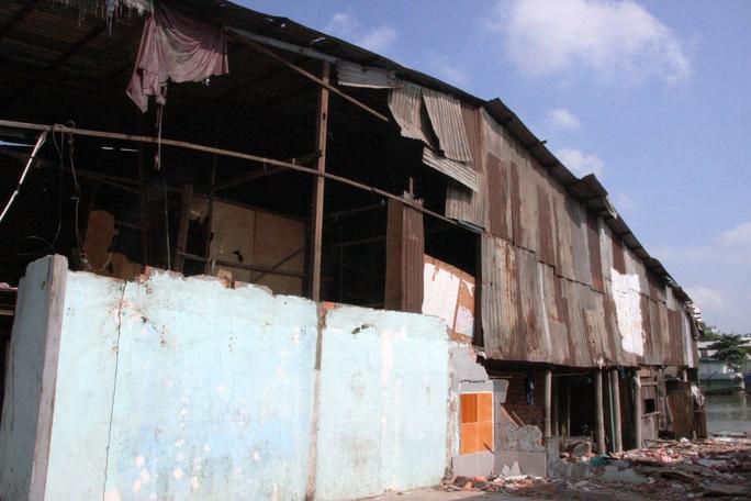 Hiện tại còn nhiều căn hộ, người dân tháo dỡ nhưng sau đó quay lại sinh sống.