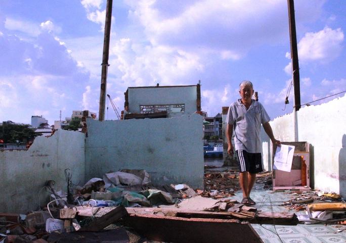 Ông Dương Văn Hưng (KP 1, P Tân Kiểng) sau khi tháo dỡ nhà, không tìm nơi định cư mới đang tiếp tục quay lại dựng chòi sinh sống ở bờ kênh.