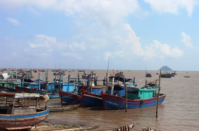 Tàu cá cđánh bắt xa bờ của ngư dân Hậu Lộc neo đậu tại cảng cá Ngư Lộc