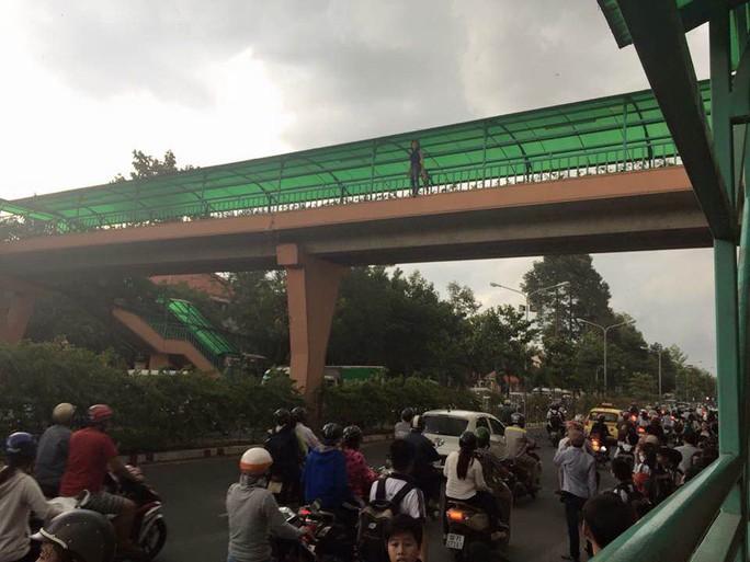 Nhiều người dân đứng dưới khu vực cầu vượt lo lắng chờ cứu hộ