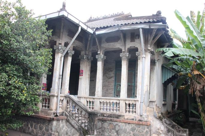 Một biệt thự trên địa bàn quận 6 xây từ thời Pháp, nay xuống cấp nghiêm trọng.
