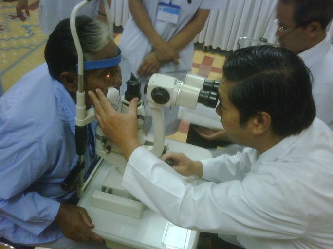 Bệnh nhân đến khám tại Bệnh viện Mắt TP HCM. Ảnh: Nguyễn Thạnh