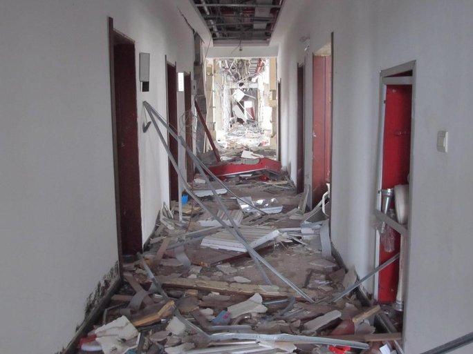 Nhà cửa gần nơi xảy ra vụ nổ bị hư hại. Ảnh: CNA