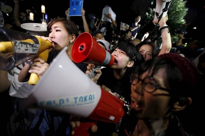 Những người biểu tình bên ngoài tòa nhà Quốc hội ở Tokyo ngày 19-9. Ảnh: REUTERS