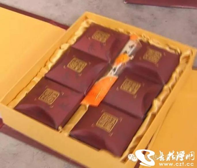 Bên trong hộp bánh Trung Thu bị bỏ quên Ảnh: CZT.CC