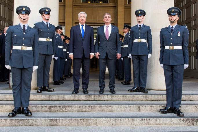 Bộ trưởng Quốc phòng Ashton B. Carter (phải) và người đồng cấp Anh Michael Fallon Ảnh: EPA