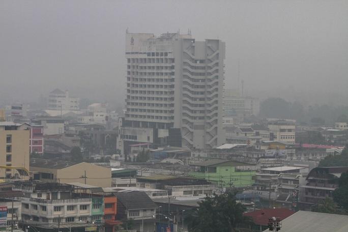 Quận Muang thuộc thành phố Yala ở tỉnh Yala-Thái Lan chìm trong khói mù. Ảnh: REUTERS