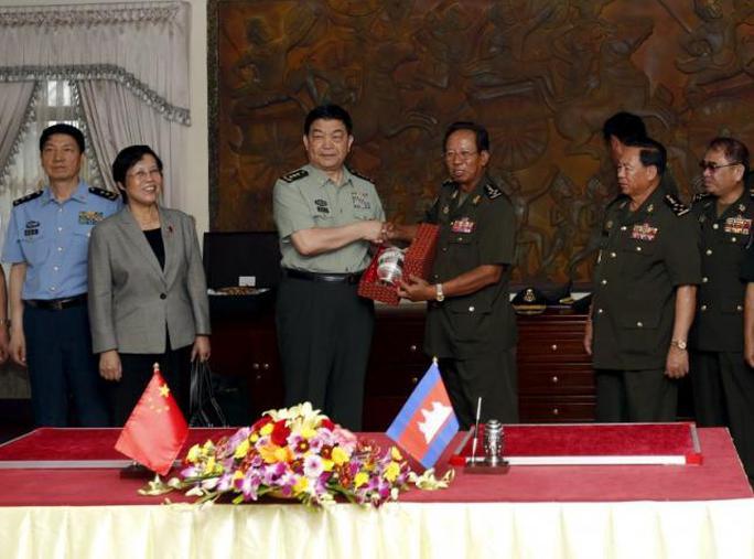 Bộ trưởng Quốc phòng Campuchia Tea Banh và người đồng cấp Trung Quốc Thường Vạn Toàn (trái) tại Phnom Penh ngày 6-11 Ảnh: REUTERS