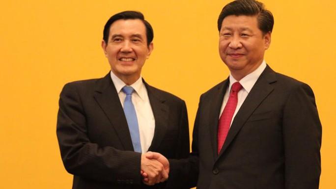 Chủ tịch Trung Quốc Tập Cận Bình (phải) đã bắt tay lãnh đạo Đài Loan Mã Anh Cửu  ngày 7-11. Ảnh: THE STRAITS TIMES