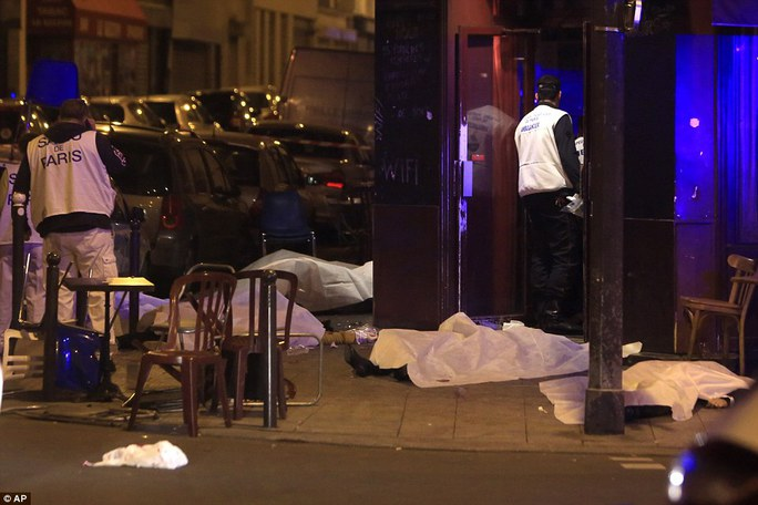 Một loạt vụ tấn công khủng bố ở trung tâm Paris, khiến 150 người chết. Ảnh: AP