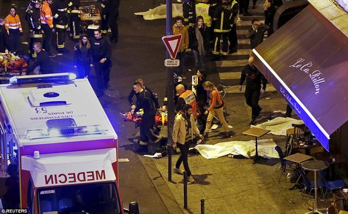 Các nhân viên cứu hỏa tại hiện trường đánh bom gần nhà hàng Bataclan Ảnh: REUTERS