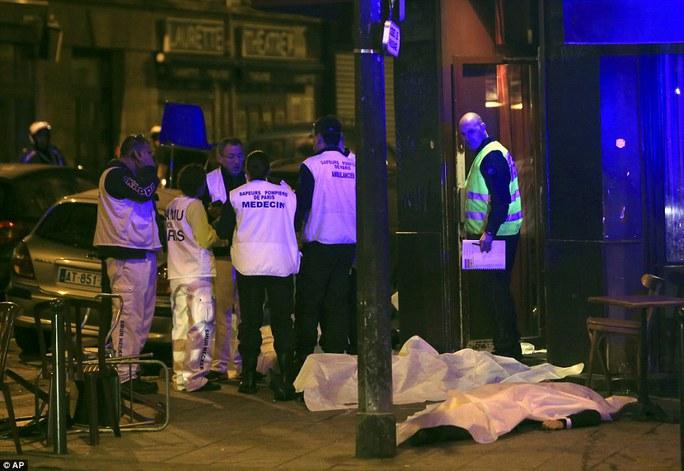 Cảnh sát cho biết ít nhất 11 người thiệt mạng trong vụ tấn công nhà hàng tối 13-11. Ảnh: AP