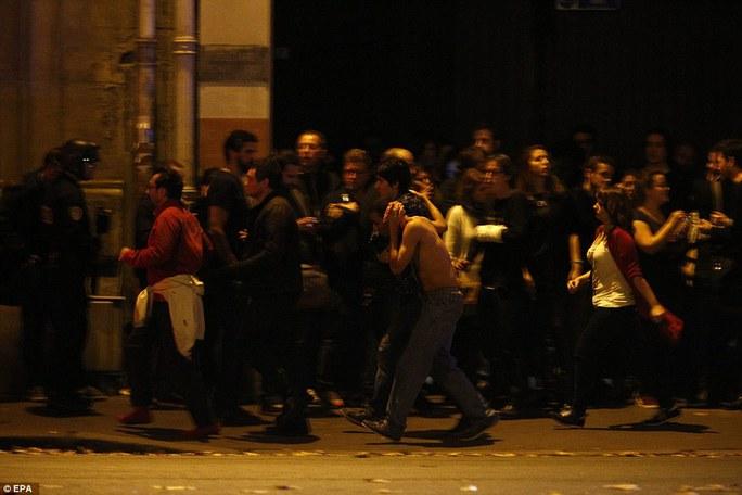Người dân tụ tập tại hiện trường nhà hát Bataclan. Ảnh: EPA