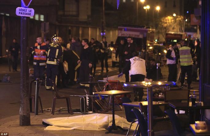 Thi thể người chết tại hiện trường vụ tấn công Ảnh: AP