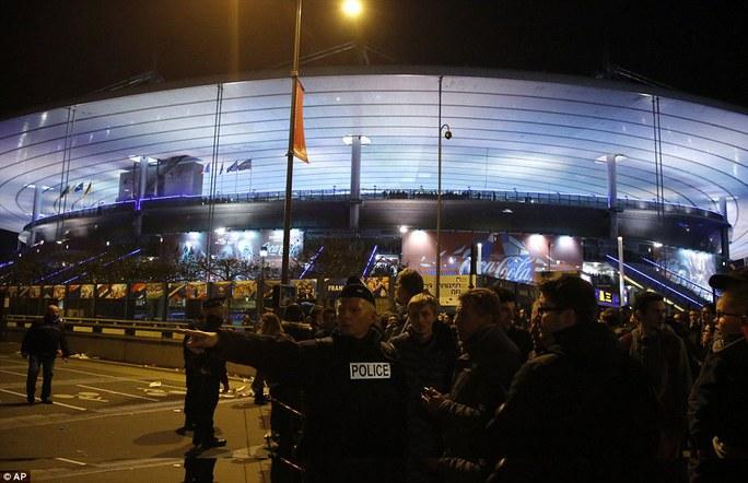 Căng thẳng bên ngoài sân vận động Stade de France. Ảnh: AP