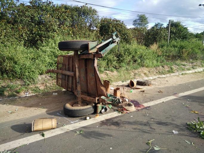 Phần sauchiếc xe bị đứt lìa với nhiều vật dụng còn sót lại của các nạn nhân