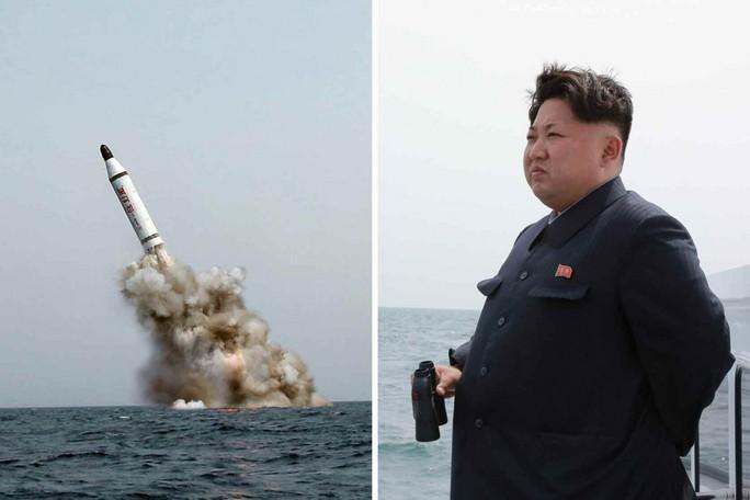 Nhà lãnh đạo Triều Tiên Kim Jong-un thị sát vụ bắn thử tên lửa hồi tháng 5. Ảnh: KCNA