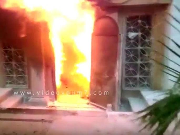 Lửa bốc ra từ nhà hàng ở Cairo Ảnh: News Youm777