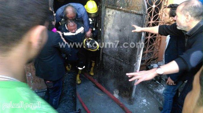 Người gặp nạn được lính cứu hỏa đưa ra khỏi hiện trường. Ảnh: News Youm777
