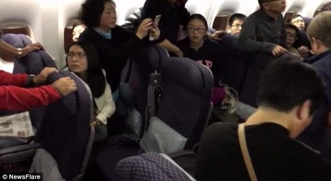 Các hành khách xôn xao trước sự việc. Ảnh: NEWSFLARE